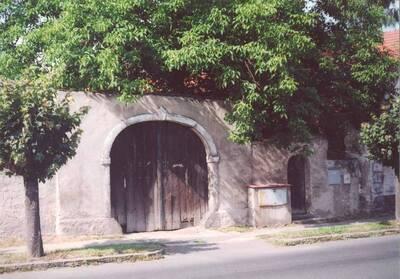 Lázně Toušeň, areál usedlosti čp. 16, ohradní zeď s branou a brankou, pohled ze severní strany
