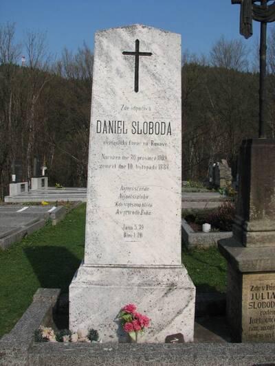 Rusava, 3 pomníky na hřbitově, z toho jen: pohled na pomník Daniela Slobody