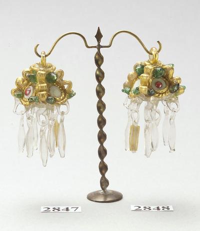 Ohrgehänge mit haferkornartigen Anhängseln aus Glas