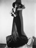 Modella di spalle che indossa un abito in lungo, creazione della sartoria Mozati