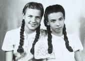 Ritratto di due sorelle con le trecce