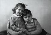Ritratto di fratello e sorella abbracciati