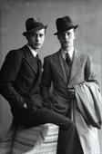 Due giovani uomini vestiti elegantemente