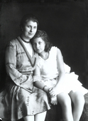 Fanciulla abbracciata da una donna