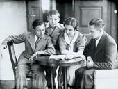 Giovani intorno a un tavolo