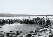 Bambini della colonia S.Bartolomeo, nell'acqua