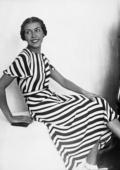 Ritratto di giovane donna con un abito a righe