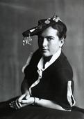 Ritratto di giovane donna con il cappello da universitaria