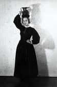 Ritratto di giovane donna in abito folkloristico