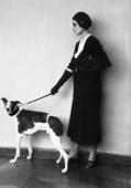 Giovane donna con il cane