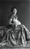 Giovane donna in abito lungo con il suo cagnolino