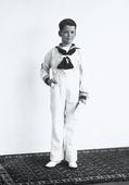 Un fanciullo ritratto in abiti da marinaretto