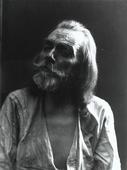 Primo piano di un anziano uomo con lunghi capelli, barba e baffi