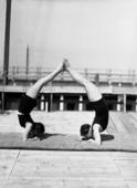 Due donne che eseguono esercizi ginnici