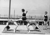 Tre donne eseguono esercizi ginnici