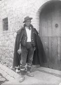 Uomo in costume tipico davanti alla porta di casa a Gallo Matese