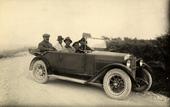 Il maestro di canto Gastone de Angelis con i figli e Alfredo Trombetta in automobile, sulla strada per Campitello Matese