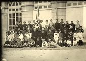 Gruppo di scolari e insegnanti dell'Istituto Mario Pagano, a Campobasso.