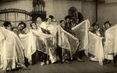 Gruppo di bambine danzano in costume giapponese nell'operetta Fior di Loto