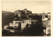 Veduta del paese di Carpinone nei dintorni di Isernia con in alto il castello Caldora