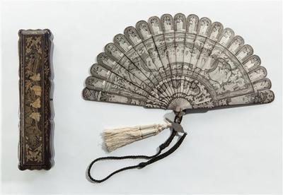 Briséwaaier van gelakt hout met Chinese figuren en motieven in zilver