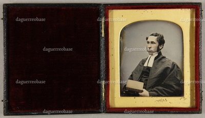 Geistlicher mit einem Buch in der Hand, seitlich sitzend, Halbfigur, teilkoloriert.
