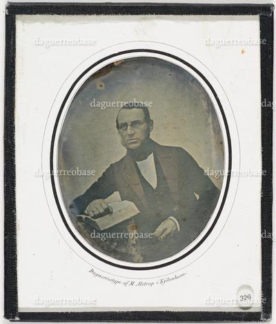 Fotografens navn trykket på passepartout Daguerretyp af M. Alstrup i Kjöbenhavn. Label 326 Påskrift NMFF.001682