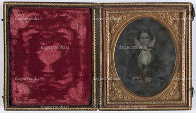 portrait en buste et en studio d'une femme âgée assise