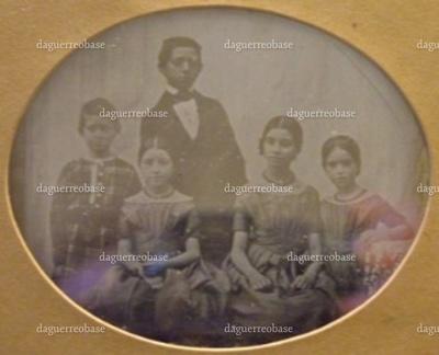 Ovalt daguerreotypi i ramme. På daguerreotypiet ses senere grosserer Abraham Meyer (Arnold) Abrahamson (stående), senere overretssagfører Martin Meyer (1839-1915), Galathea Meyer (1837-), Hanne Meyer (1835-1918), og Charlotte Meyer (1840-). Den synlige del af selve daguerreotypiet måler. Rammens mål er angivet ovenfor. På bagsiden bærer fotografiet et gyldent mærke med inskriptionen København. Juncker-Jensen.