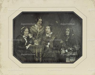 [Gruppenbild mit vier Frauen]