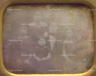 Daguerreotypi med gruppemotiv. På daguerreotypiet ses 9 af Sophie Melchior (g. Hertz)'s børn. De otte yngste er fra Sophies andet ægteskab med Alfred Jacob Meyer, mens den ældste, Abraham Meyer (Arnold) Abrahamson, er fra hendes første ægteskab med Meyer Abrahamson. På øverste række fra venstre ses: Galathea Meyer g. Hertz og senere overretssagfører Martin Alfred Meyer. På nederste række fra venstre ses senere grosserer Louis Meyer, senere vekselerer Herman Meyer, Hanne Meyer g. Mannheimer, Dina Meyer g. Hertz, Abraham Meyer (Arnold) Abrahamson, Charlotte Meyer og senere grosserer Sally Alfred Meyer.