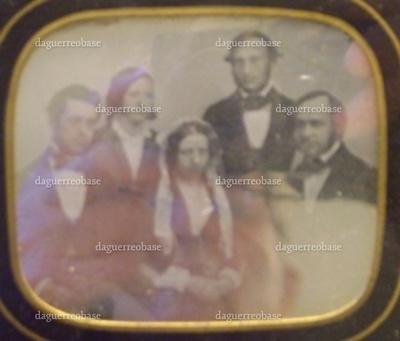 Ovalt daguerreotypi i ramme. På daguerreotypiet ses fra venstre. Melchior, Cecilie (Sille) Trier f. Melchior, Sophie Meyer f. Melchior, manufakturhandler Ludvig Meyer Trier og Alfred Jacob Meyer. Den synlige del af selve daguerreotypiet måler cm. Rammens mål er angivet ovenfor.