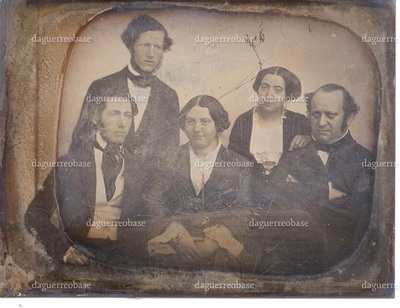Fra venstre ses tapetfabrikant Sally Fraenckel, grosserer Moses G. Melchior (stående), Sara Fraenckel f. Melchior, Sophie Melchior f. Bloch og professor Nathan G. Melchior.