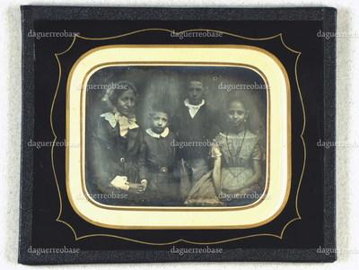 Gruppeportræt af Frederikke Weberg med børn