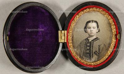 Junges Mädchen in gemustertem Kleid mit Jacke, einer Halskette, Halbfigur, leicht koloriert.