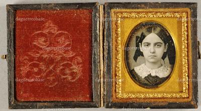 Junges Mädchen mit Schleifen im Haar, Brustportrait.