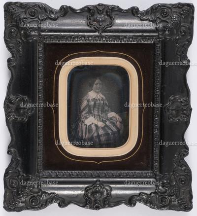 portrait en buste d'une femme en studio