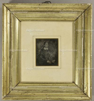 Frau in dunklem Kleid mit kleinem weißen Kragen, leicht seitlich sitzend, vor einem zur Seite drapierten Vorhang, Halbfigur.