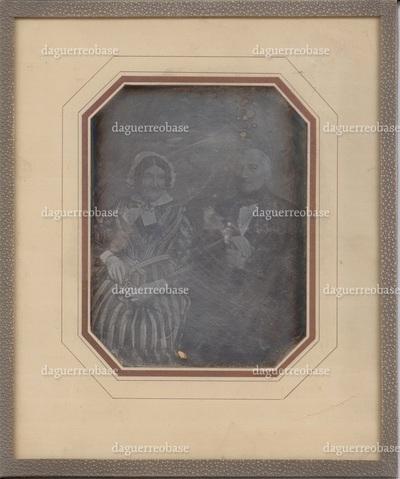 Indrammet daguerreotypi, portræt af købmand Jonas Wulf Seligmann og hustru Sara Seligmann f. Lorentzen. På bagsiden er påsat et fotopositiv og et fotonegativ, som begge er kopier af daguerrotypiet.