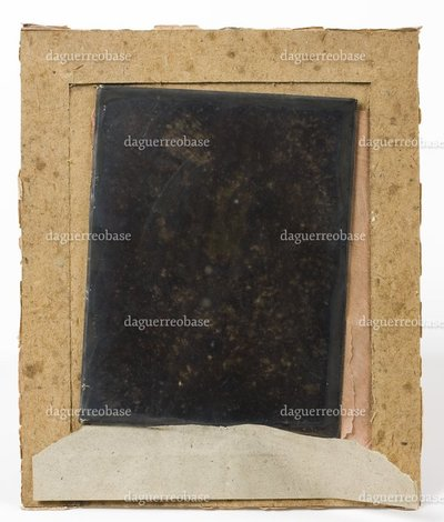 The daguerreotype is in an  advanced state of deterioration. The image is not visible. The housing is incomplete: the binding and the glass are missing.