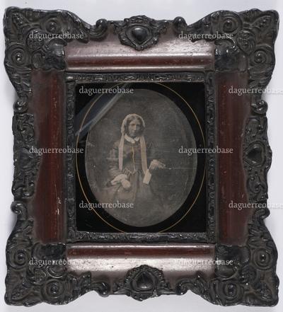 portrait en demi-hauteur d'une vieille femme assise en studio tenant un billet