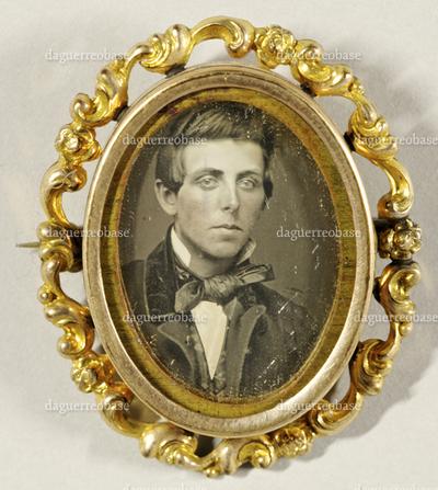 Brustbild eines jungen Mannes in einer Brosche.