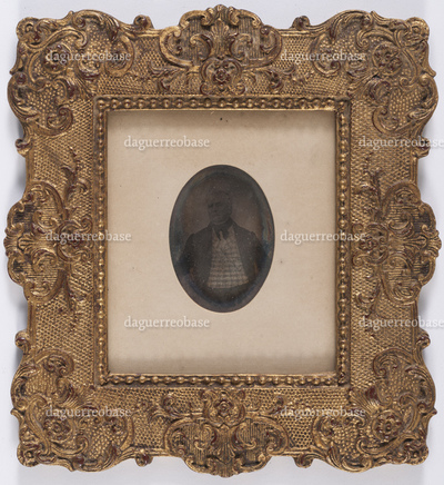 portrait en buste et en studio d'un homme l'air sévère
