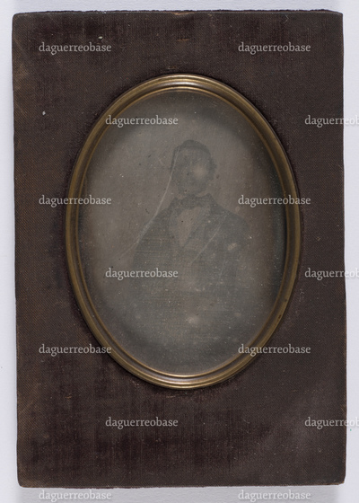 portrait en buste et en studio d'un jeune homme