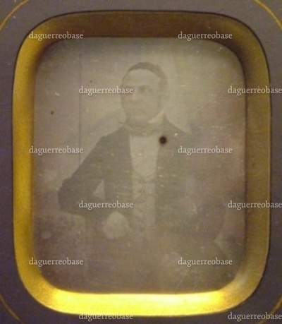 Daguerreotypi i ramme. På daguerreotypiet ses cand. phil. Abraham Levin Hertz (-1860). Den synlige del af selve daguerreotypiet måler. Rammens mål er angivet ovenfor