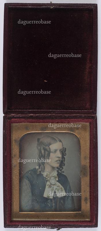 portrait en buste d'une jeune fille avec une chevelure avec des boucles anglaises