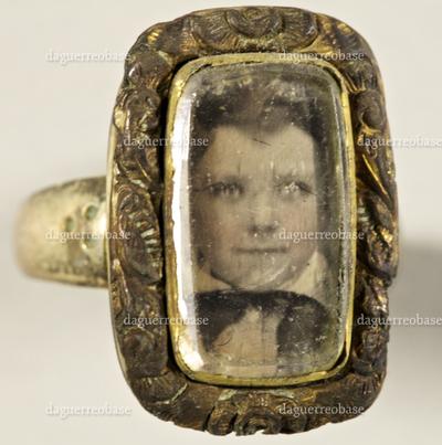 Brustbild eines Jungen, leicht koloriert in einem Ring.