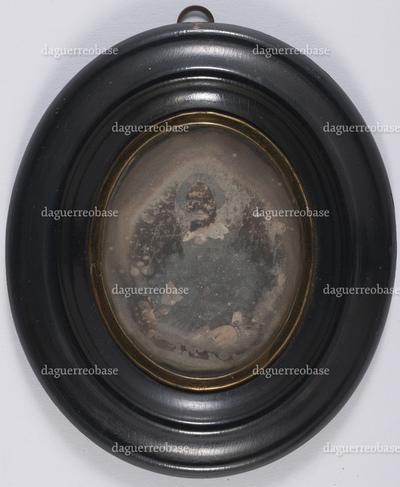 portrait en buste et en médaillon d'une femme en studio