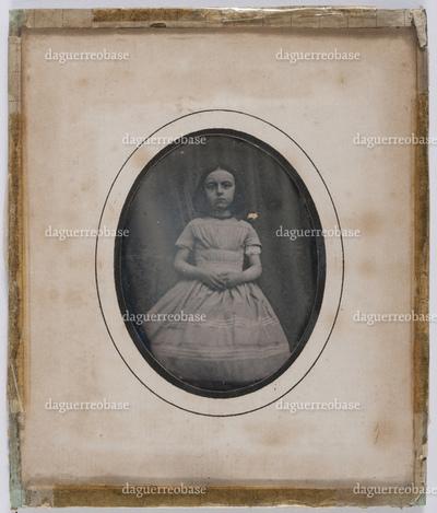 Portrait en buste d'une fillette et en studio