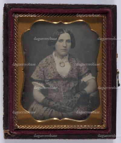 portrait en buste d'une femme assise avec des gants en studio